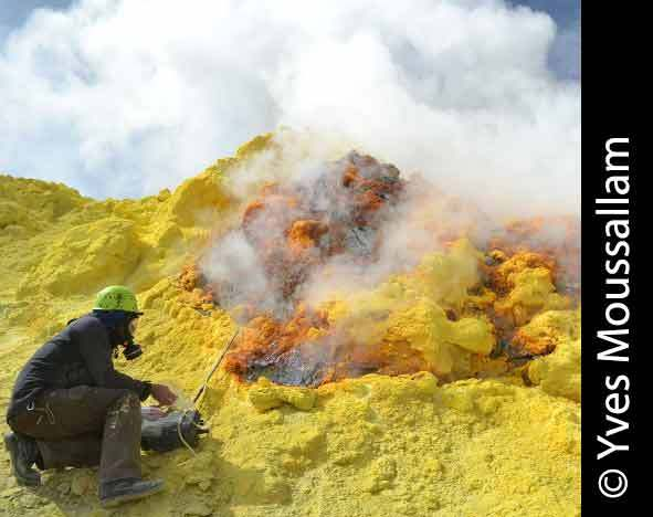 Gas sampling Lastarria  Volcano ©Yves Moussallam at Lamont Doherty Earth Observatory